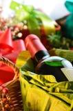 Botella de vino con las cajas de regalo Imagen de archivo libre de regalías
