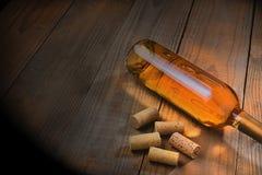 Botella de vino con los corchos Foto de archivo