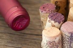 Botella de vino con los corchos del vino Fotos de archivo libres de regalías
