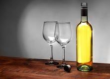 Botella de vino con los cubiletes foto de archivo libre de regalías