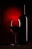 Botella de vino con los vidrios Foto de archivo