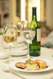 Botella de vino con los vidrios en el vector en restaurante Imagen de archivo