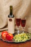 Botella de vino con los vidrios. Todavía vida Imagen de archivo