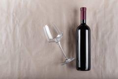 Botella de vino con un vidrio Imagenes de archivo