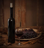 Botella de vino con un vidrio Foto de archivo