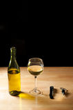 Botella de vino, copa, abrebotellas, sealler del vino Fotografía de archivo