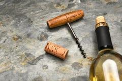 Botella de vino Cork Screw en pizarra Imagen de archivo
