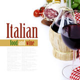 Botella de vino de Italia y de los ingredientes frescos fotografía de archivo
