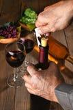 Botella de vino de la abertura del hombre Foto de archivo