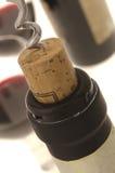 Botella de vino de la apertura del sacacorchos Fotografía de archivo