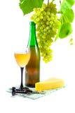 Botella de vino, de vidrio y de uvas Fotografía de archivo