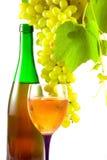 Botella de vino, de vidrio y de uvas Fotos de archivo