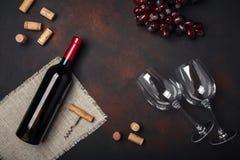 Botella de vino, dos vidrios, sacacorchos y corchos, en backg oxidado fotografía de archivo libre de regalías