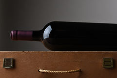 Botella de vino en el caso de madera Imagenes de archivo