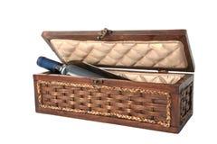 Botella de vino en el rectángulo de madera de lujo Foto de archivo libre de regalías