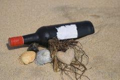 Botella de vino en la playa Imágenes de archivo libres de regalías