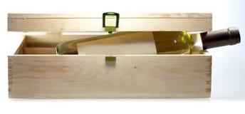Botella de vino en primer de la caja de madera en el backgound blanco imagenes de archivo