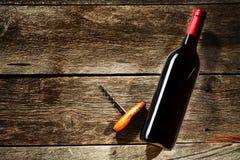 Botella de vino en un fondo de madera Foto de archivo libre de regalías