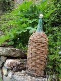 Botella de vino encuadernada del mimbre Imagen de archivo