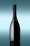 Botella de vino espumoso en fondo azul con efectos luminosos Foto de archivo libre de regalías