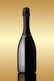 Botella de vino espumoso en fondo del oro Fotos de archivo