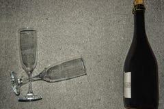 Botella de vino espumoso y de dos vidrios Fotos de archivo