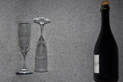 Botella de vino espumoso y de vidrios Fotos de archivo libres de regalías