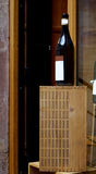 Botella de vino neutral en una caja de madera foto de archivo libre de regalías