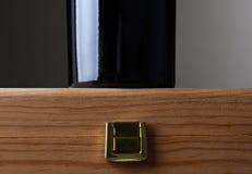 Botella de vino que se coloca en el caso de madera Fotografía de archivo libre de regalías