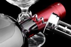 Botella de vino rojo con el abrelatas Foto de archivo