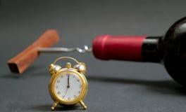 Botella de vino rojo con el reloj de la Feliz Año Nuevo Fotografía de archivo libre de regalías