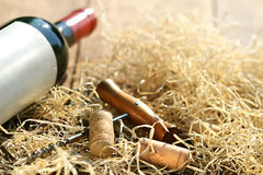 Botella de vino rojo con el sacacorchos Fotografía de archivo libre de regalías