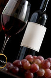 Botella de vino rojo con la escritura de la etiqueta en blanco Imagen de archivo