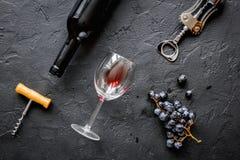Botella de vino rojo con los vidrios en la opinión superior del fondo de la textura Imagen de archivo libre de regalías