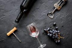 Botella de vino rojo con los vidrios en la opinión superior del fondo de la textura Fotos de archivo libres de regalías