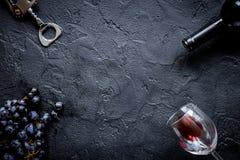Botella de vino rojo con los vidrios en la opinión superior m del fondo de la textura Foto de archivo