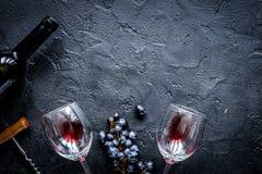 Botella de vino rojo con los vidrios en la opinión superior m del fondo de la textura Imágenes de archivo libres de regalías