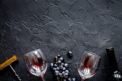 Botella de vino rojo con los vidrios en la opinión superior m del fondo de la textura Imagen de archivo