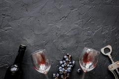 Botella de vino rojo con los vidrios en maqueta de la opinión superior del fondo de la textura Fotografía de archivo libre de regalías