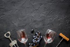 Botella de vino rojo con los vidrios en maqueta de la opinión superior del fondo de la textura Fotografía de archivo
