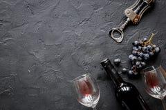 Botella de vino rojo con los vidrios en maqueta de la opinión superior del fondo de la textura Imagenes de archivo