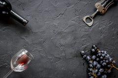Botella de vino rojo con los vidrios en maqueta de la opinión superior del fondo de la textura Foto de archivo libre de regalías