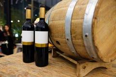 Botella de vino rojo con un barrilete de madera Foto de archivo libre de regalías