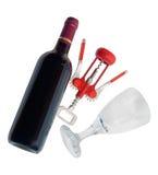 Botella de vino rojo, copa y sacacorchos en el fondo blanco Imagen de archivo libre de regalías