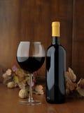 Botella de vino rojo italiano con el vidrio Fotos de archivo libres de regalías
