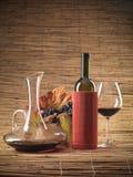 Botella de vino rojo, vidrio, uvas, jarra rústica Imagen de archivo