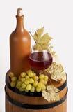 Botella de vino rojo y de vidrio Imagenes de archivo