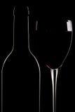 Botella de vino rojo y de vidrio Fotografía de archivo