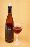 Botella de vino rojo y de vidrio en el vector de madera Fotos de archivo