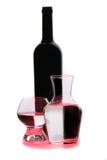Botella de vino rojo y de vidrios Fotografía de archivo libre de regalías